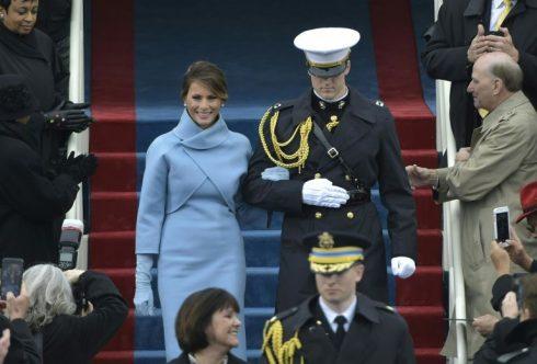 Thiết Kế nhà trắng Melania váy xanh