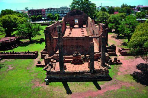 Hội trường làm nơi thuyết pháp của Wat Rachaburana nhìn từ toà tháp chính.