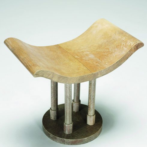 Bàn đặt góc phủ giấy da trên gỗ.