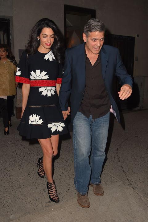 Amal Clooney xứng đáng là người phụ nữ có phong cách hẹn hò tuyệt bậc. Lần này, cô chọn chiếc váy hoa đơn giản cùng giày cao gót thanh lịch