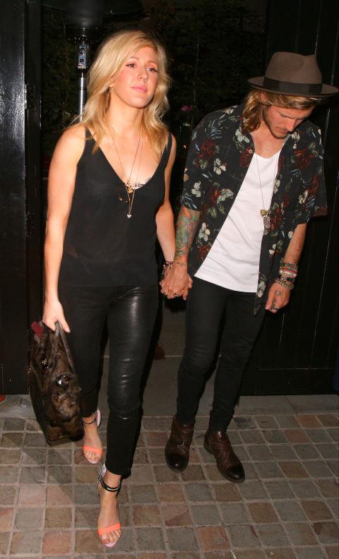 Ellie Goulding cá tính trong trang phục black-on-black gồm áo dây và quần da. Giày khác màu làm điểm nhấn