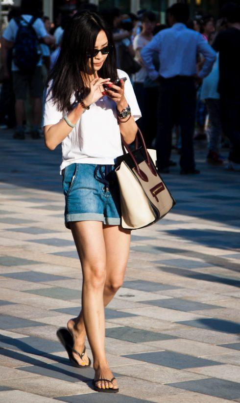 Muôn kiểu mặc đẹp với áo thun trắng 1207802