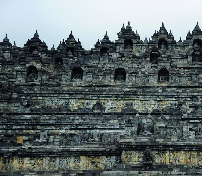 """Các mảng kiến trúc trang trí ở tầng """"tu giới"""" (Rupadhatu) của Borobudur. Ảnh trang bên Borobudur nhìn từ xa trông như một quả đồi nhỏ, cao hơn 42m, hợp thành từ hơn 80.000 mét khối đất đá, với tháp Phật khổng lồ ở vị trí trung tâm."""