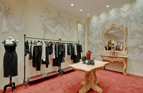 Cửa hàng pop-up của Dolce đã bắt đầu bán các mẫu trang phục mới nhất trong BST Xuân-Hè 2017 của Dolce