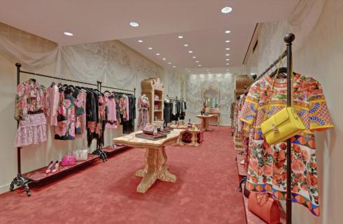 Không gian bên trong của cửa hàng phủ màu hồng đất ấm cúng