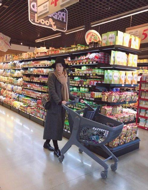 Hình ảnh Yoona đi siêu thị đã trở thành chủ đề nóng trên mạng xã hội Hàn. Nguyên do đơn giản là vì cô nàng quá xinh đẹp.