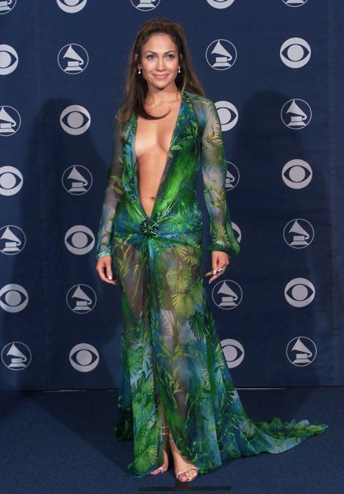 Jennifer Lopez mặc váy Versace tại lễ trao giải Grammy 2000.