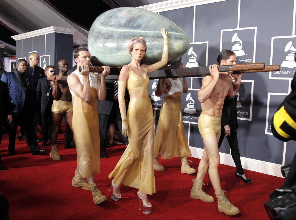 Lady Gaga tại Grammy 2011 - 01