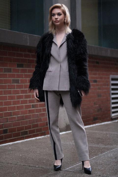 Một chút cổ điển và tinh tế với hoạ tiết caro thường xuất hiện trên các kiểu áo khoác được các quý cô ưu ái diện trong dịp này