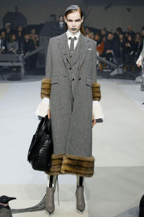 Thiết kế trên nền vải xương cá đặc trưng trong bộ suits của nam giới