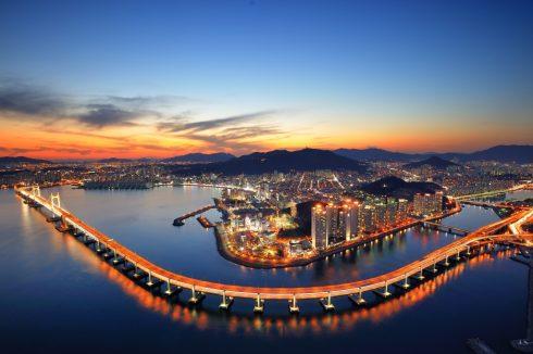 du khách có thể mua vé máy bay trực tuyến trên trang web của hãng hàng không Korean Air với mức giá vé ưu đãi đặc biệt lên đến 10% và nhận được ngay coupon (phiếu ưu đãi) có thể đổi được vé trải nghiệm city tour miễn phí bằng xe bus tại các thành phố lớn của Hàn Quốc