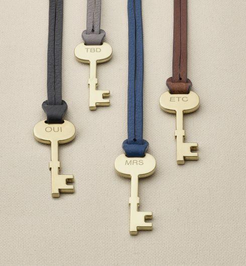 Những chiếc chìa khóa trang trí túi xách (đặc điểm nhận dạng thương hiệu) của Fossil cũng có thể được yêu khắc chữ lên.