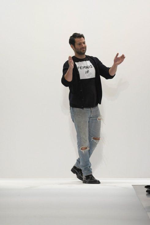 Jonathan Simkhai với chiếc áo khẩu hiệu: Feminist AF.