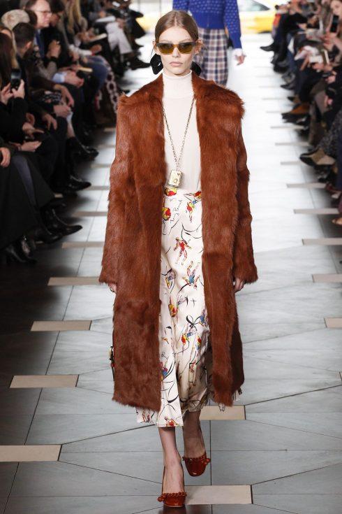 Một thiết kế áo khoác lông của Tory Burch