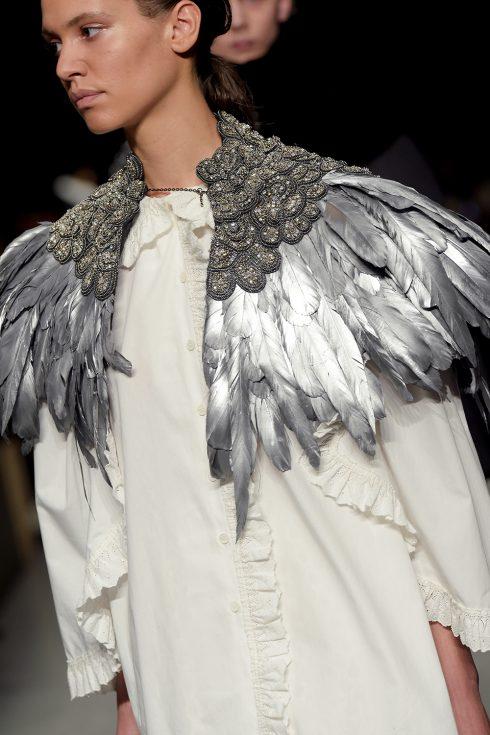 Chiếc cape lông vũ ánh bạc của Burberry