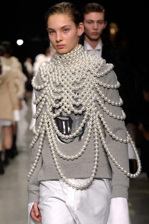 Chiếc cape ngọc trai độc đáo của Burberry