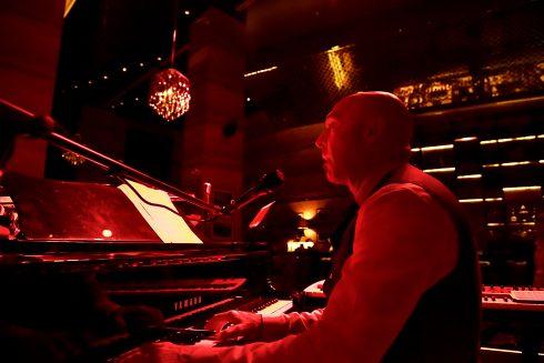 Joshua Lebofsky – nhà sản xuất, nhà soạn nhạc kiêm nghệ sĩ nhạc jazz kỳ cựu đến từ Canada.