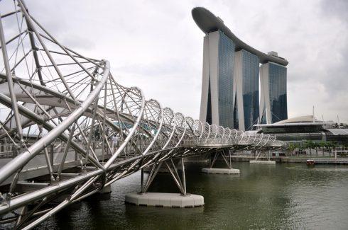 Cầu Helix Bridge cũng nằm trong khu vực Marina Bay, nên rất thuận tiện cho việc kết hợp thăm quan