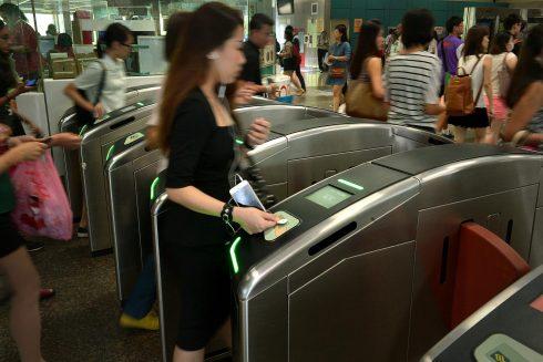 Quẹt thẻ MRT trước khi vào trạm