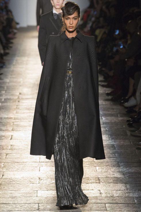 Chiếc áo khoác đính đá ấn tượng