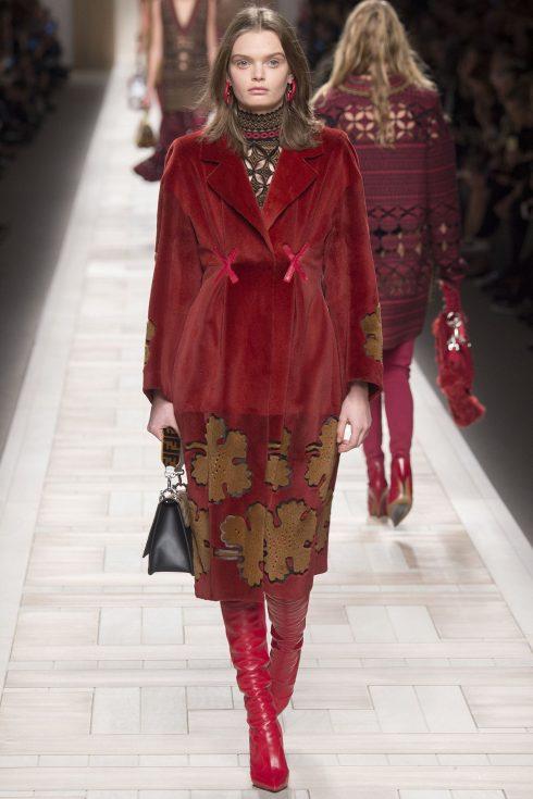 chiếc áo khoác lông với phần cầu vai tạo cấu trúc và phần chiết eo độc đáo