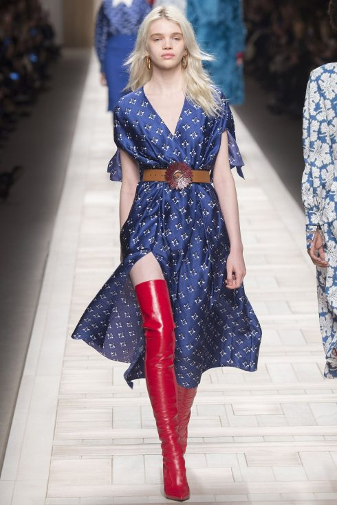 Đôi bốt đỏ khiến đôi chân dài miên man trong chiếc váy xẻ tà bay bổng