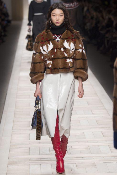 """Một mẫu áo khoác lông với hoạ tiết in """"papiers dominotes"""""""
