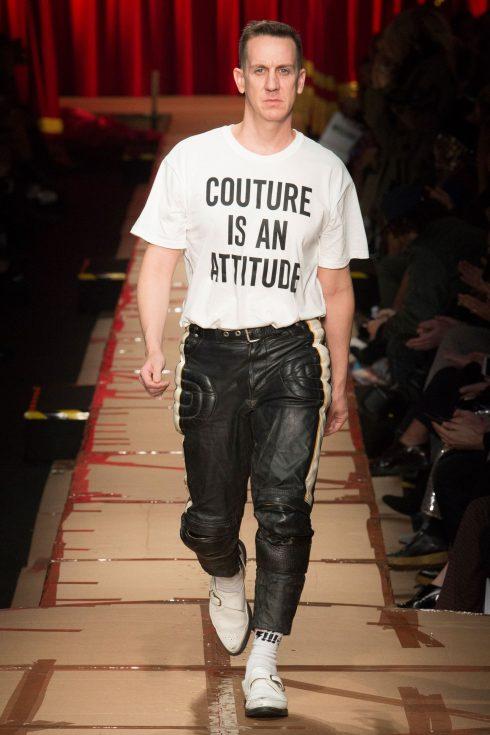 Jeremy Scott trong chiếc áo t-shirt slogan