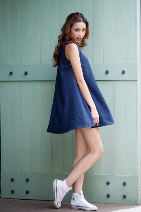Nhưng đôi khi mix&match đầy cá tính với điểm nhấn đôi Converse thể thao trên chiếc váy suôn xanh coban nữ tính