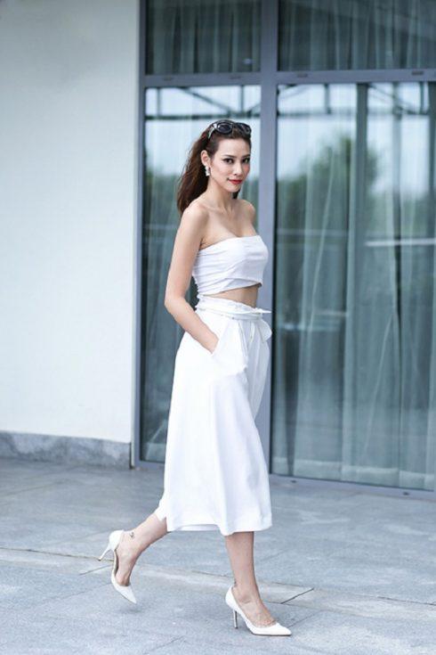 Người đẹp hoàn thiện phong cách nữ tính và thanh lịch khi kết hợp bộ trang phục màu trắng tinh khôi với dày cao gót giản dị.