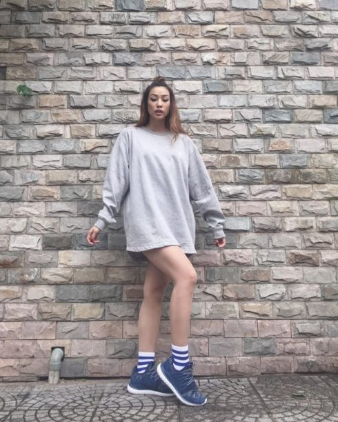 """Thời trang """"giấu quần"""" với áo sweater rộng tạo sự năng động, khỏe khoắn."""
