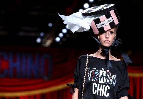Chiếc mũ hộp giấy tái chế đầy ấn tượng của Moschino