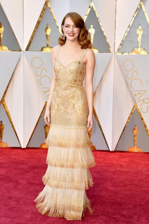 Emma Stone là sao nữ được trông chờ nhất năm nay với hàng loạt đề cử đến từ bộ phim La La Land. Cô xuất hiện làm sáng bừng thảm đỏ với chiếc đầm vàng lấp lánh của Givenchy Haute Couture và diện trang sức Tiffany & Co.