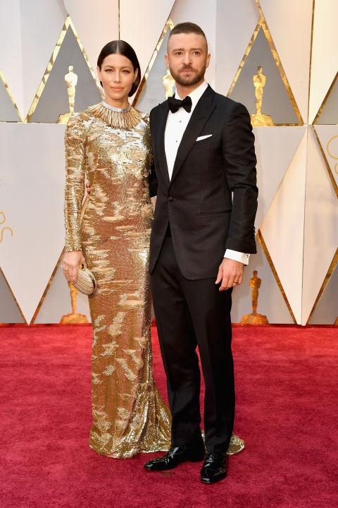 JESSICA BIEL với đầm vàng ánh nhũ của Kaufmanfranco và JUSTIN TIMBERLAKE trong bộ vest Tomford