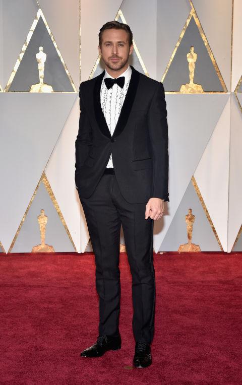 Ryan Gosling, nam chính của La La Land diện vest đen lịch lãm.