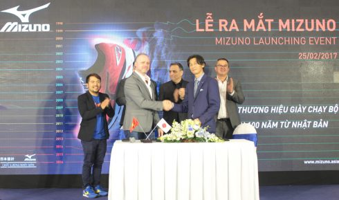 Đại diện Supersports Việt Nam, Ông Darryl Peacock (1st left) và Tổng Giám đốc Mizuno Singapore, ông Kiyoshi Tatani trong phần nghi thức ký kết hợp đồng phân phối độc quyền tại lễ ra mắt giầy Mizuno lần đầu tiên tại Việt Nam.