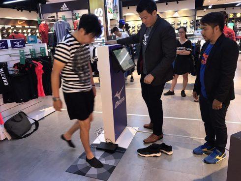 """Khách hàng trải nghiệm máy đo bàn chân với công nghệ """"Precision Fit"""" của Mizuno"""