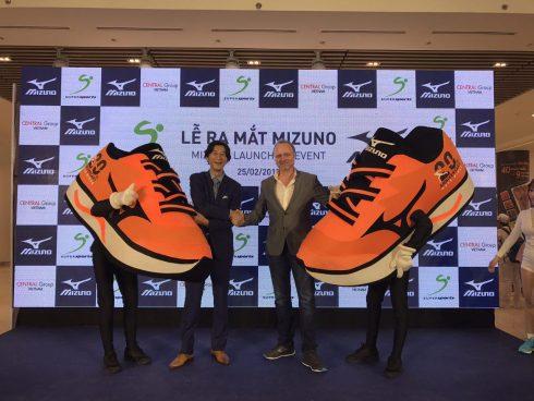 Đại diện Supersports Việt Nam, Ông Darryl Peacock (Bìa phải) và Tổng Giám đốc Mizuno Singapore, ông Kiyoshi Tatani cùng giới thiệu giầy Mizuno đến quan khách trong lễ ra mắt giầy Mizuno lần đầu tiên tại Việt Nam.