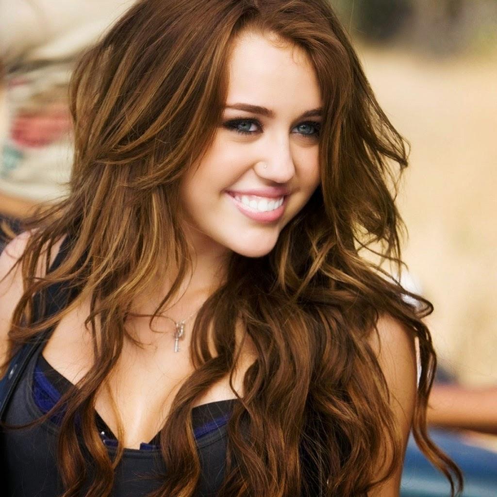 Hình ảnh Miley Cyrus và Selena Gomez qua năm tháng