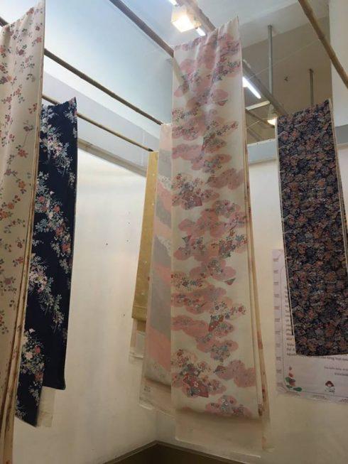 hàng trăm sản phẩm được làm từ vải Nhật cũng được trưng bày, giới thiệu tại triển lãm.