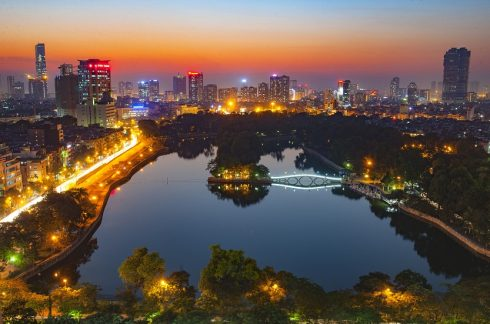 Ngắm nhìn thành phố lung linh về đêm từ tầng thượng của khách sạn.