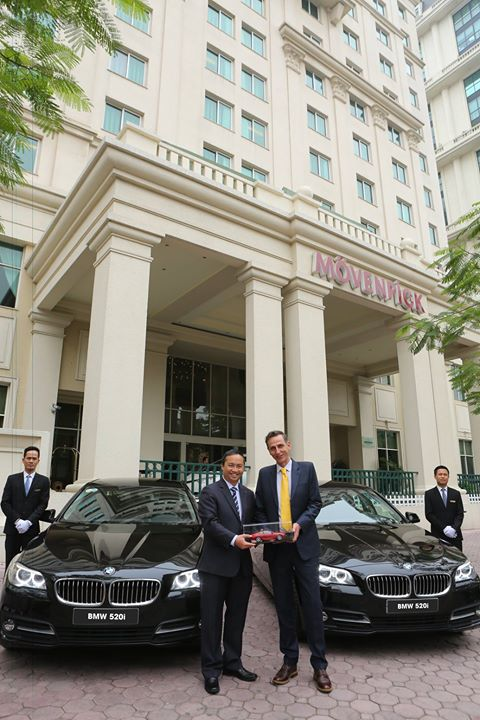 Ông Nicolas Josi, Tổng Giám Đốc Điều Hành Movenpick Hà Nội nhận bàn giao từ Ông Cao Ngọc Nguyễn Duy, Giám Đốc Performance Motors Vietam2.