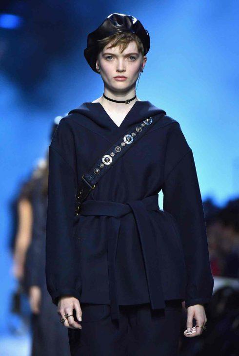 Chiếc áo khoác mũ mở đầu BST của Christian Dior
