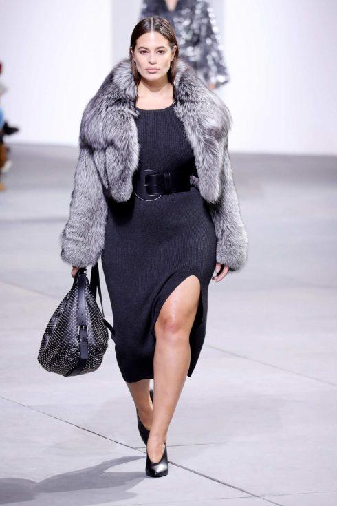 Siêu mẫu Ashley Graham trên sàn catwalk.