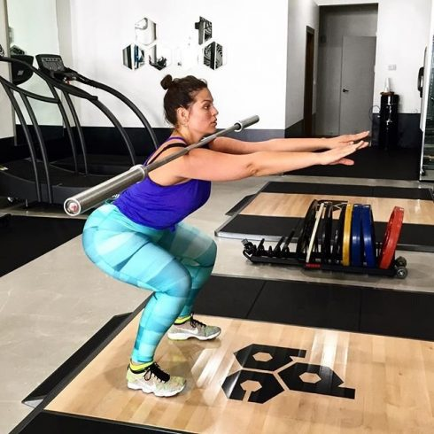 Siêu mẫu Ashley Graham tập gym.