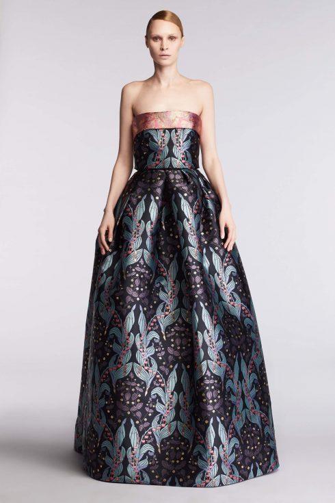 Reem Acra được biết tới với những chiếc váy ballgown lộng lẫy