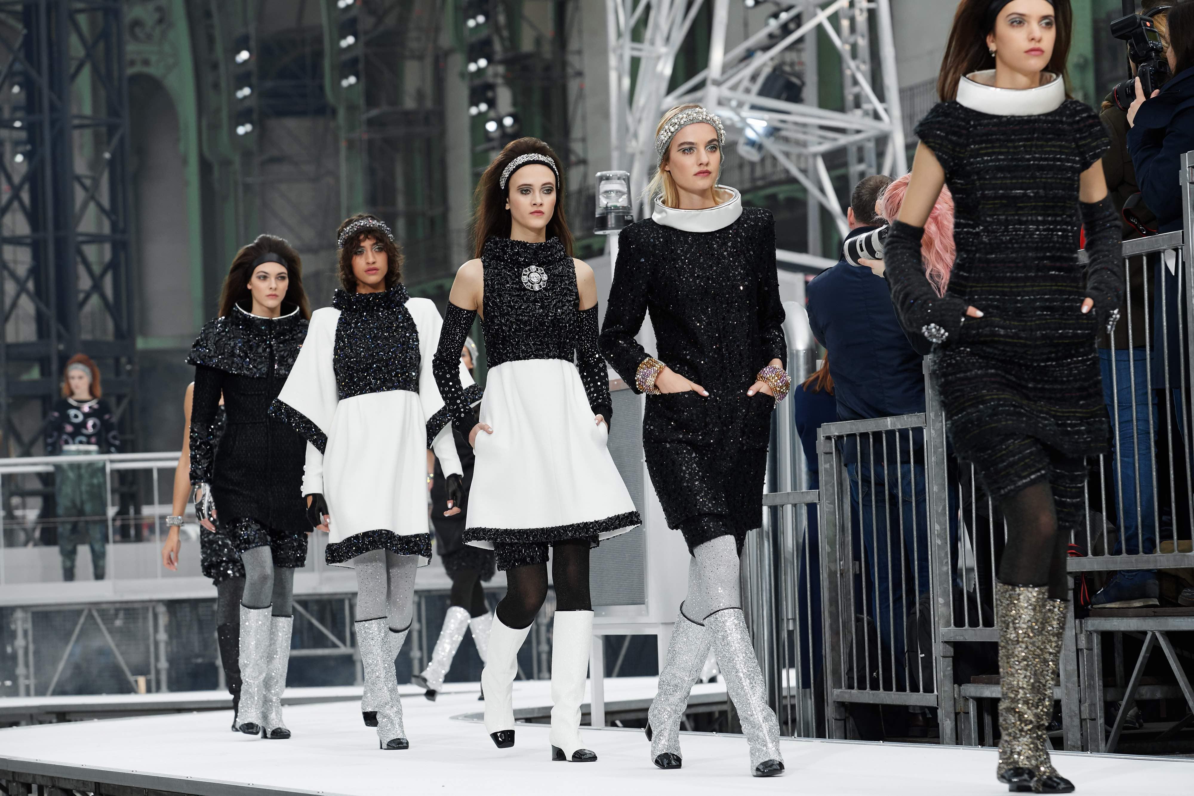Chanel phóng tàu con thoi ra mắt BST thời trang Thu Đông 2017