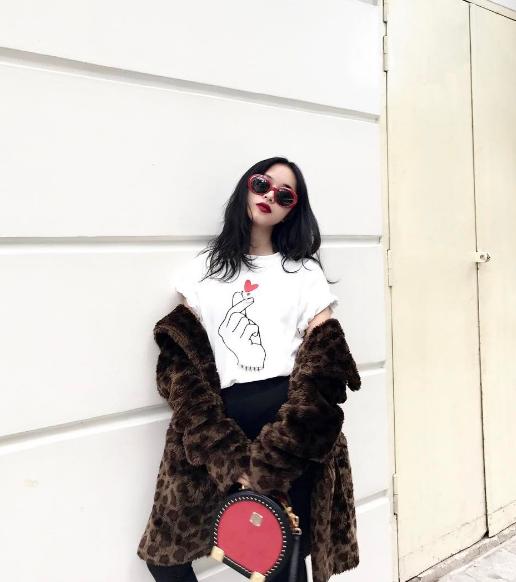 """Châu Bùi tạo dáng trên phố với áo lông họa tiết da báo. Túi đeo chéo lạ mắt lẫn kính """"mắt ruồi"""" từ thương hiệu Saint Lauren luôn là những đồ vật không thể thiếu trong tủ thời trang của cô nàng."""