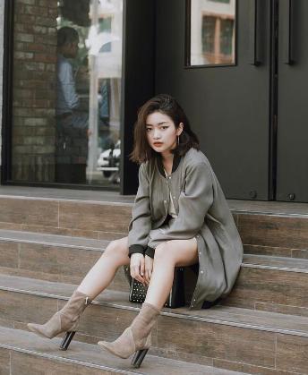 """Là một trong những hotgirl nổi tiếng nhất cộng đồng trẻ Việt Nam hiện tại, Nga Wendy chứng minh ngoài gương mặt đẹp thì gu thời trang cực """"ổn"""" chính là lý do cho sự yêu mến tăng chóng mặt của giới trẻ dành cho cô nàng. Đôi boot thời trang đế thô kim loại thực sự làm cho set đồ màu trung tính của Nga Wendy được nâng tầm."""