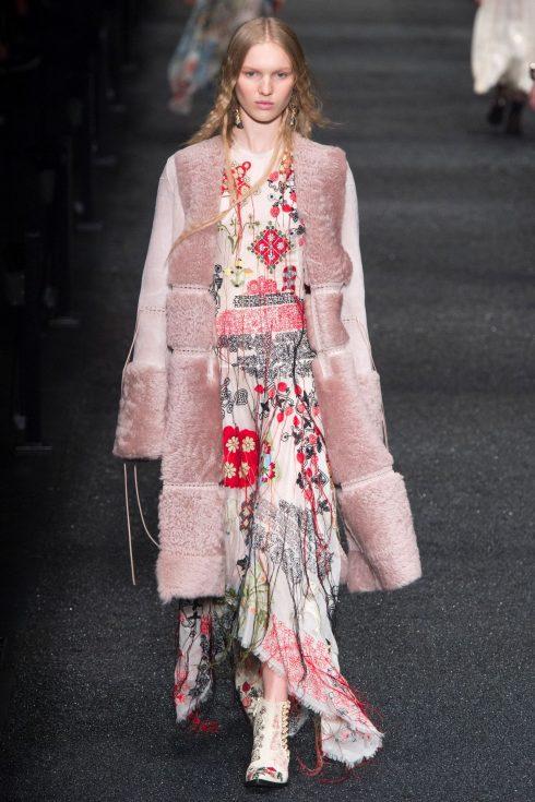 Chiếc áo khoác cổ tay áo lông của Alexander McQueen